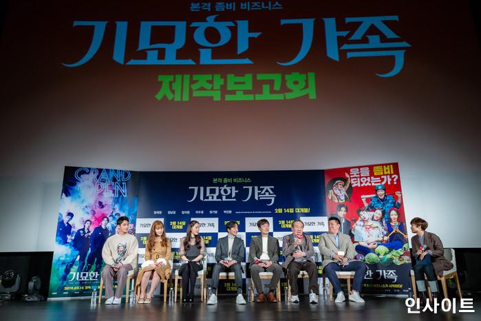 출연진들이 15일 오전 서울 메가박스 동대문점에서 열린 영화 '기묘한 가족' 제작보고회에 참석해 인터뷰를 하고 있다. / 사진=고대현 기자 daehyun@
