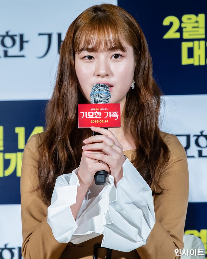 배우 이수경이 15일 오전 서울 메가박스 동대문점에서 열린 영화 '기묘한 가족' 제작보고회에 참석해 인터뷰를 하고 있다. / 사진=고대현 기자 daehyun@