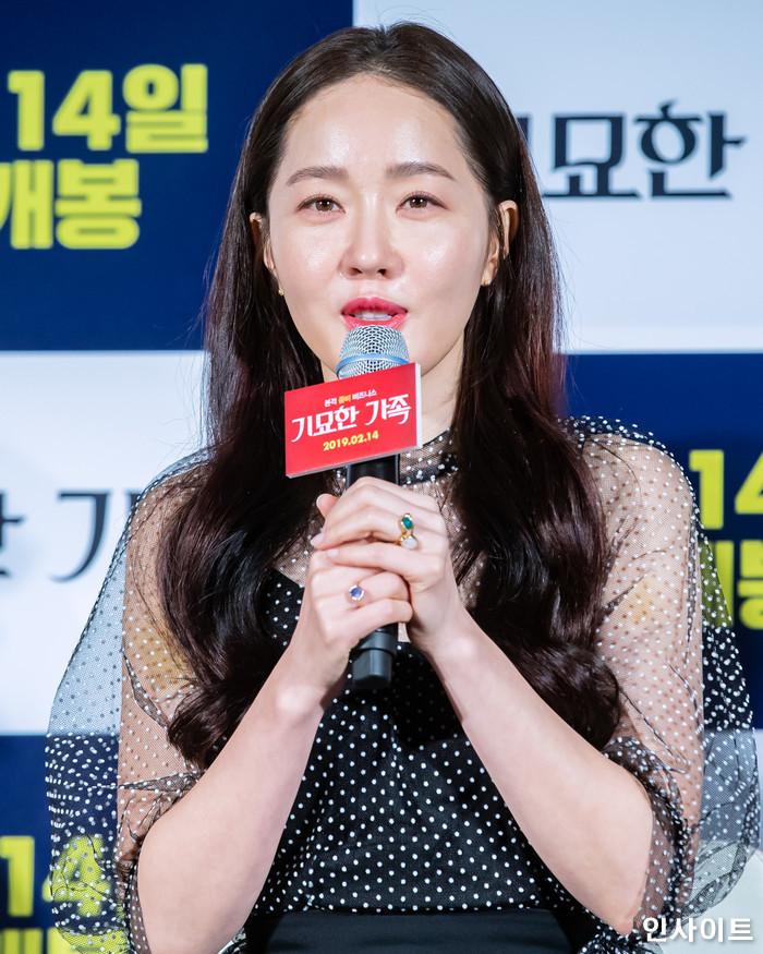 배우 엄지원이 15일 오전 서울 메가박스 동대문점에서 열린 영화 '기묘한 가족' 제작보고회에 참석해 인터뷰를 하고 있다. / 사진=고대현 기자 daehyun@