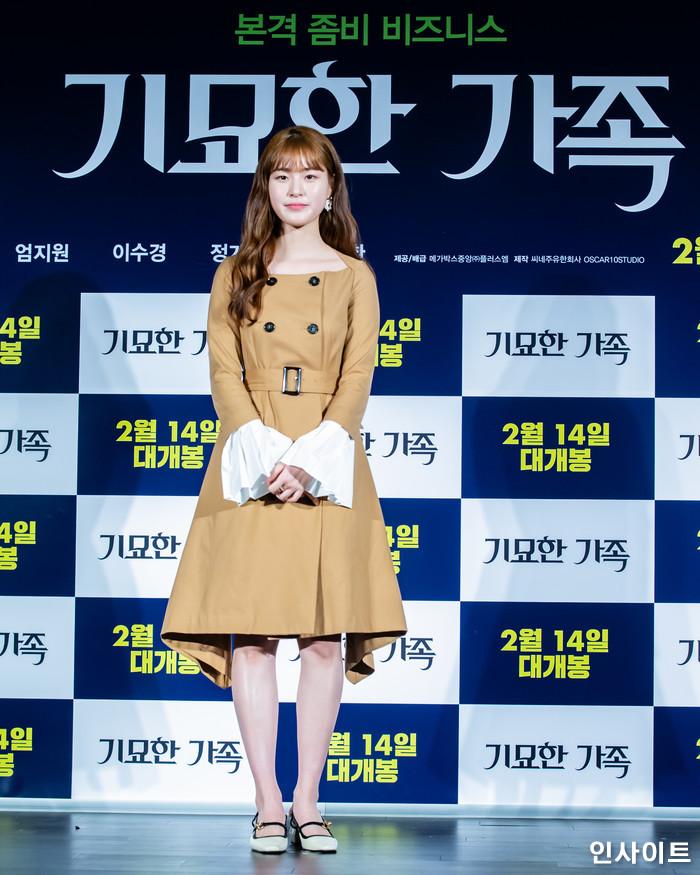배우 이수경이 15일 오전 서울 메가박스 동대문점에서 열린 영화 '기묘한 가족' 제작보고회에 참석해 포즈를 취하고 있다. / 사진=고대현 기자 daehyun@