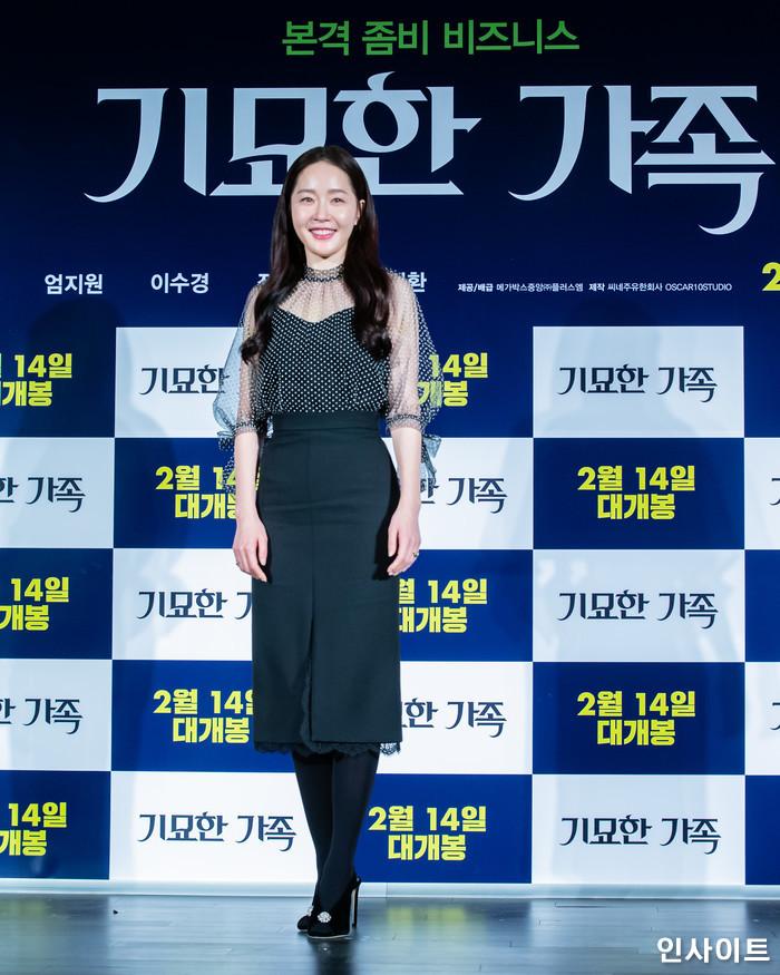 배우 엄지원이 15일 오전 서울 메가박스 동대문점에서 열린 영화 '기묘한 가족' 제작보고회에 참석해 포즈를 취하고 있다. / 사진=고대현 기자 daehyun@