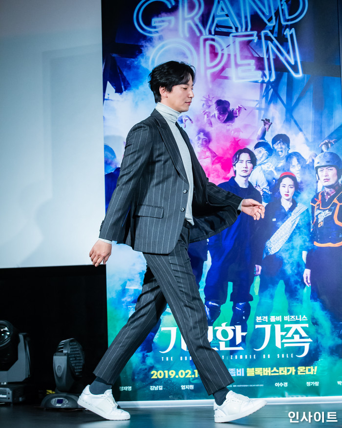배우 김남길이 15일 오전 서울 메가박스 동대문점에서 열린 영화 '기묘한 가족' 제작보고회에 참석해 포즈를 취하고 있다. / 사진=고대현 기자 daehyun@
