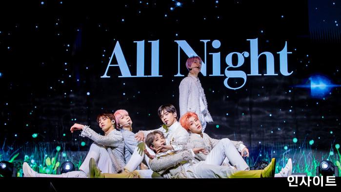 아스트로가 16일 오후 서울 코엑스아티움서 열린 정규1집 'All Light(올라잇)' 발매 쇼케이스에 참석해 공연을 펼치고 있다. / 사진=고대현 기자 daehyun@