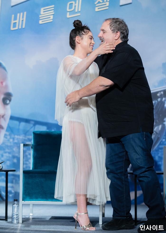 로사 살라자르, 존랜도 프로듀서가 24일 오전 서울 여의도 콘래드호텔서 열린 영화 '알리타 : 배틀엔젤' 내한 기자간담회에 참석해 포즈를 취하고 있다. / 사진=고대현 기자 daehyun@