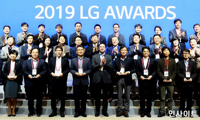 서울 마곡 LG사이언스파크에서 열린 'LG 어워즈(Awards)' 수상자들과 함께 기념촬영하는 구광모 ㈜LG 대표이사 회장 모습(2019.03.21) / 사진제공 = LG그룹 / 사진=인사이트