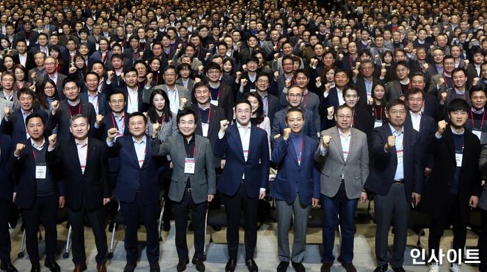 서울 마곡 LG사이언스파크에서 열린 새해모임에서 구광모 대표와 임직원들이 새로운 도약의 의지를 다지고 있다. 2019.01.02 / 사진제공 = LG그룹 / 사진=인사이트