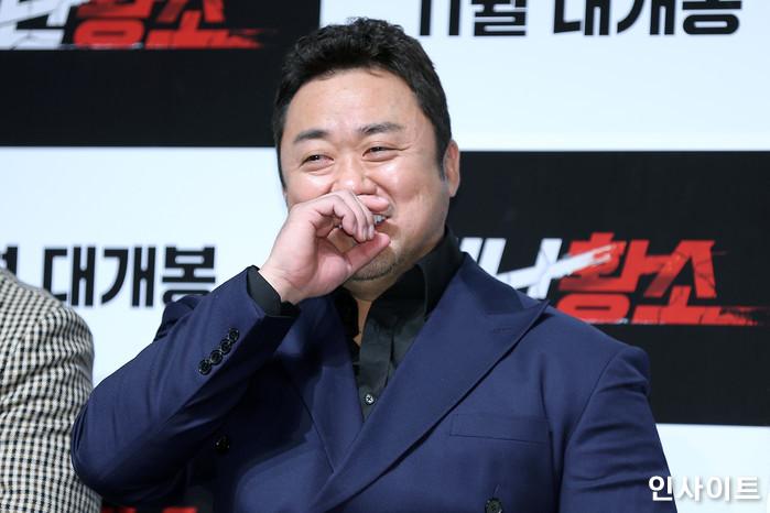 배우 마동석이 23일 오전 서울 강남구 CGV 압구정에서 열린 영화 '성난황소' 제작보고회에서 수줍은 미소를 보이고 있다. / 사진=박찬하 기자 chanha@