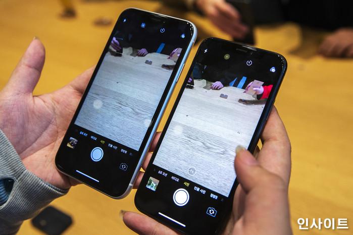 아이폰 XS, XR 등이 출시된 후 첫 주말인 지난 3일 오후 서울 강남구 애플스토어 가로수길에서 한 고객이 아이폰 XR(왼쪽)과 아이폰 XS를 비교하고 있다. / 사진=박찬하 기자 chanha@