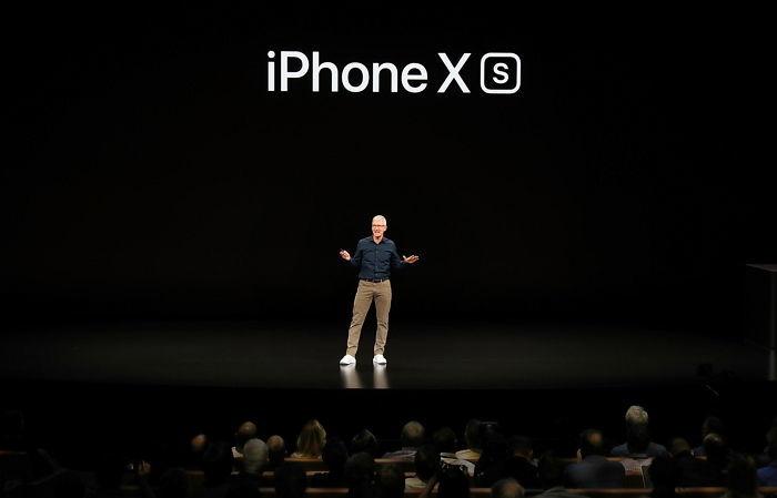 팀 쿡 애플 CEO가 신제품을 설명하고 있다. / gettyimageskorea