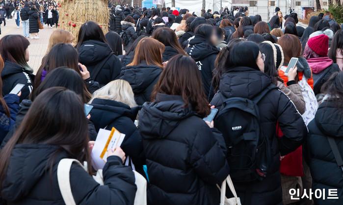 그룹 세븐틴 미니6집 쇼케이스 입장을 기다리는 팬들 / 사진=박찬하 기자 chanha@
