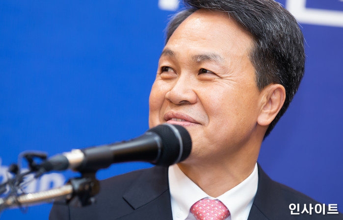 26일 오후 진옥동 은행장이 서울 중구 신한은행 본점에서 열린 취임 기자간담회에서 인사말을 하고 있다. / 사진=박찬하 기자 chanha@