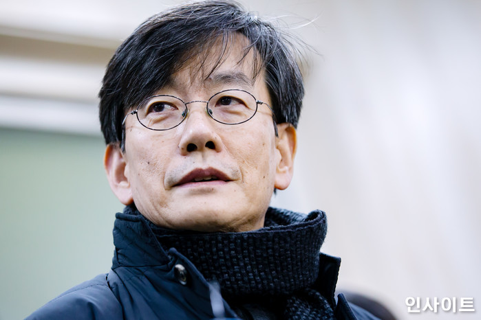 손석희 JTBC 대표가 17일 새벽 2시 50분께 서울 마포경찰서에서 19시간 가량 경찰조사를 받고 귀가하기 위해 경찰서를 나서고 있다. / 사진=고대현 기자 daehyun@