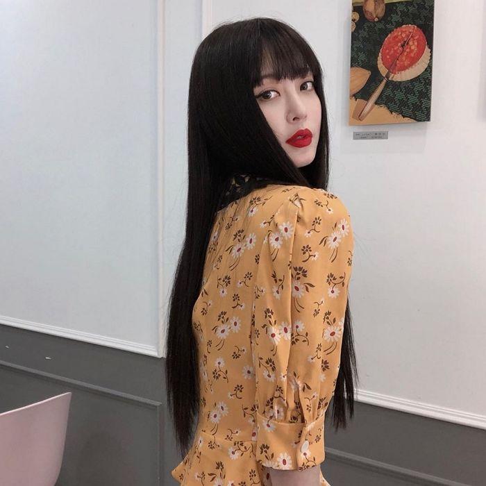 '일자 앞머리+노란 원피스' 조합으로 살아숨쉬는 '바비인형 ...