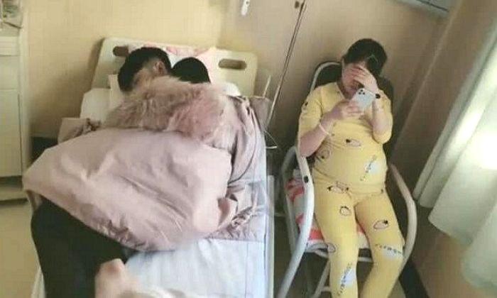 출산 기다리다 잠든 남편에게 침대 양보하고 겉옷 덮어준 만삭 아내 - 인사이트