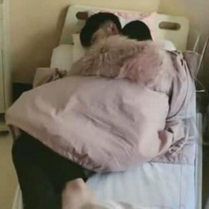 출산 기다리다 잠든 남편에게 침대 양보하고 겉옷 덮어준 만삭
