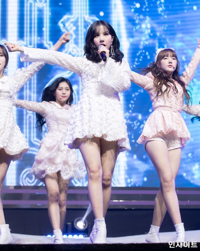 여자친구 은하가 14일 오후 서울 광진구 예스24 라이브홀에서 열린 두 번째 정규앨범 'Time for us(타임 포 어스)' 컴백 쇼케이스에 참석해 공연을 펼치고 있다. / 사진=인사이트