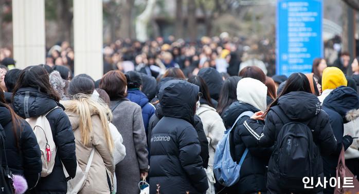 그룹 세븐틴 미니6집 쇼케이스 입장을 기다리는 팬들 / 사진=인사이트